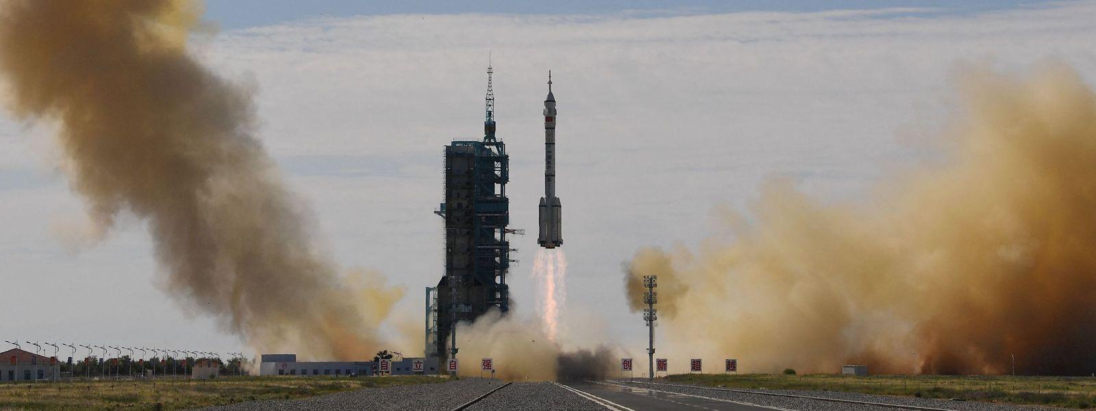 Nach etwa 10 Minuten erreichten sie die Umlaufbahn und das Raumschiff trennte sich von der Trägerrakete ab.