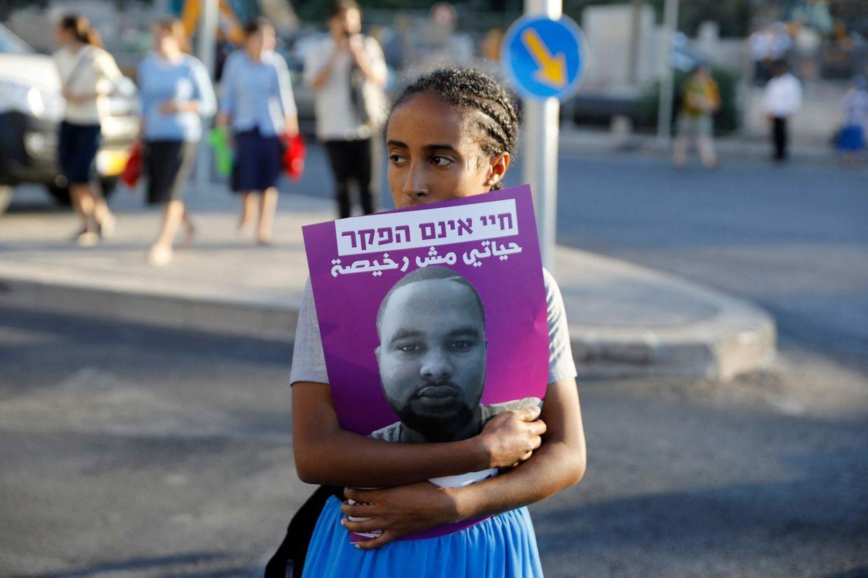 Eine israelische Frau hält ein Foto vom 18-jährigen Juden mit äthiopischen Wurzeln Solomon Tekah, welcher bei einem Polizeieinsatz getötet wurde.
