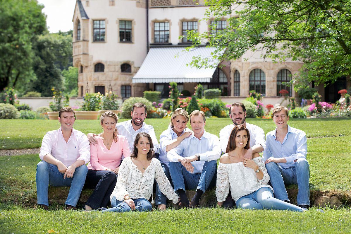 Von links nach rechts: Prinz Sébastien, Erbgroßherzogin Stéphanie, Erbgroßherzog Guillaume, Prinzessin Alexandra (vorne), Großherzogin Maria Teresa, Großherzog Henri, Prinz Félix, Prinzessin Claire (vorne) und Prinz Louis.