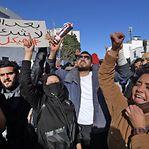Centenas de tunisinos manifestam-se frente ao parlamento barricado