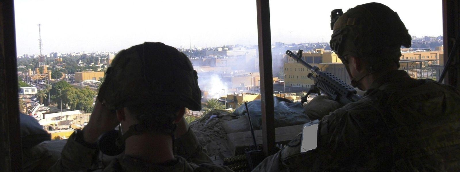 Zwei Soldaten der US-Armee beobachten von einem Posten aus die Proteste vor der Botschaft der Vereinigten Staaten in Bagdad.