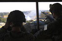 HANDOUT - 01.01.2020, Irak, Bagdad: Zwei Soldaten der US-Armee beobachten von einem Posten aus die Proteste vor der Botschaft der Vereinigten Staaten. Foto: Spc. Ryan Swanson/Planetpix/Planet Pix via ZUMA Wire/dpa - ACHTUNG: Nur zur redaktionellen Verwendung und nur mit vollständiger Nennung des vorstehenden Credits +++ dpa-Bildfunk +++