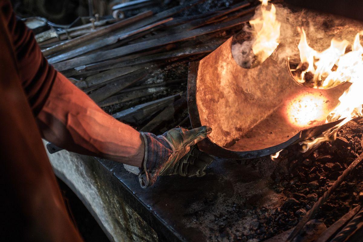 Im lodernden Feuer der Mollner Schmiede wird das Metall, das zur Herstellung der Ausrüstung dient, gefügig gemacht.