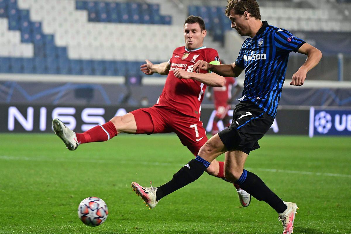 Le milieu de terrain anglais de Liverpool, James Milner (à gauche) a eu beaucoup de travail face à l'attaquant néerlandais d'Atalanta, Sam Lammers.