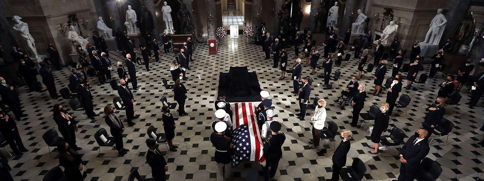 Der Leichnam der Supreme-Court-Richterin Ruth Bader Ginsburg wurde am Freitag im Kapitol aufgebahrt. Die Rechtsstaatsikone ist die erste Frau in der Geschichte der USA, die diese Ehre zuteil wird. Die Zeremonie fand wegen der Corona-Pandemie nur im Kreis geladener Gäste statt.