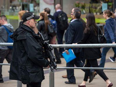 Un policier armé devant la gare de Manchester Picadilly.