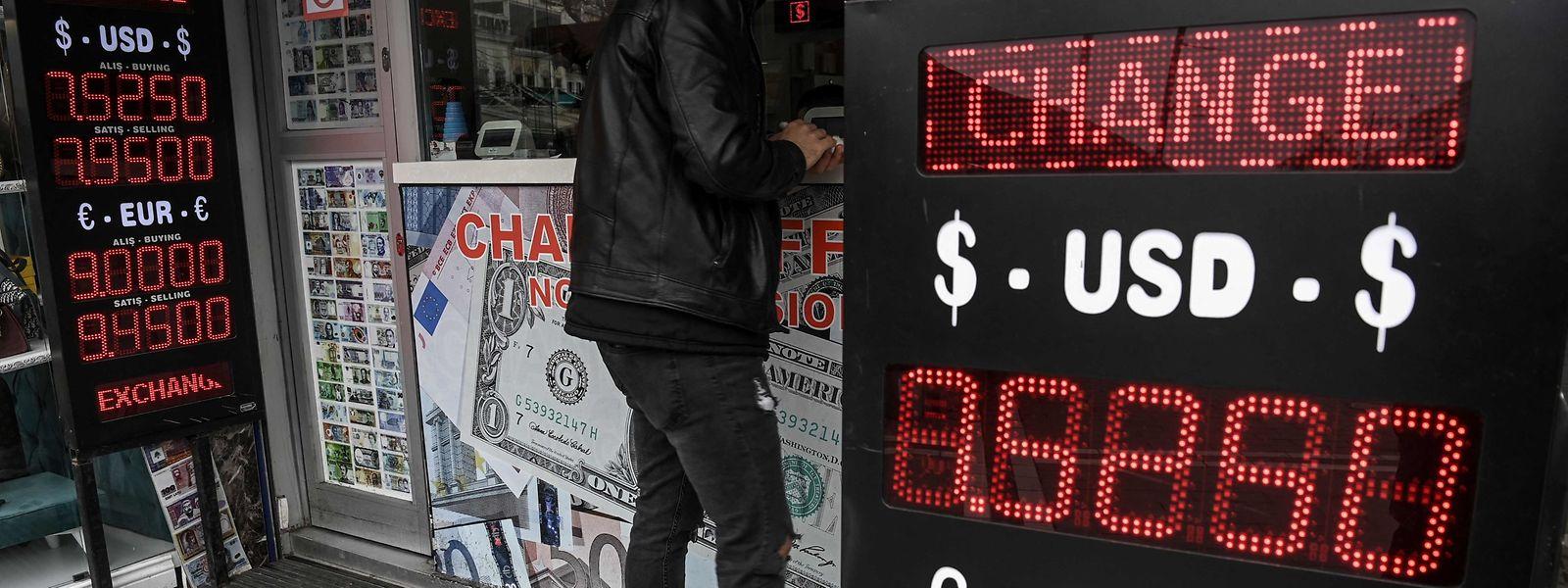 Am Montag gerieten die türkische Währung, die Börse in Istanbul und Staatsanleihen des Schwellenlandes massiv unter Druck. Zeitweise verlor die türkische Lira über 15 Prozent an Wert.