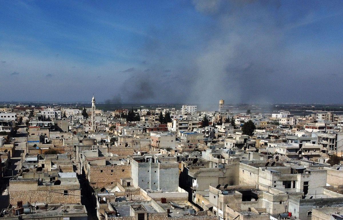 Rauch über der Stadt Saraqib bei Idlib nach einem Bombenangriff der syrischen Armee.