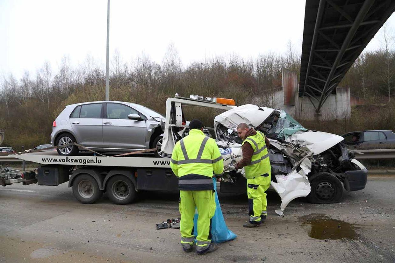 Une dépanneuse transportant une voiture et tractant une remorque, a été gravement touchée.