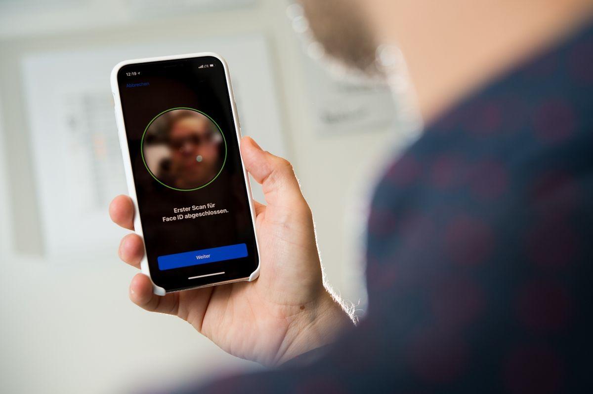 Gesichtserkennung statt Fingerabdruck:Das iPhone X wird per FaceID entsperrt. Die Einrichtung geht recht schnell.