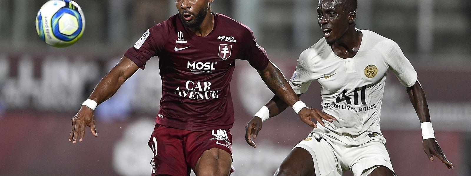Le Messin Habib Maiga contrôle le ballon devant le Sénégalais du PSG, Idrissa Gueye
