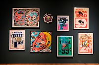 Werbeplakate nutzt David Wojnarowicz um seine Kunst auf verfügbarem billigen Malgrund zu entwickeln und gleichzeitig kommentiert er die Welt der Konsumgesellschaft.