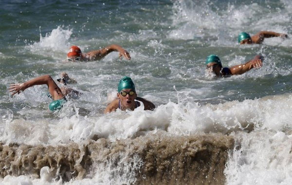 Männliche Triathleten schwimmen am 2. August 2015 für die Olympiaqualifikation in Copacabana.