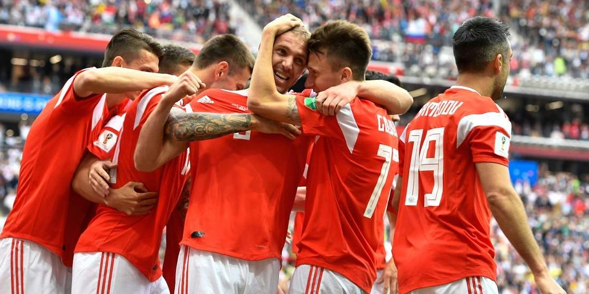 Le premier buteur de la Coupe du monde s'appelle Yuri Gazinskiy, félicité ici par ses coéquipiers russes.