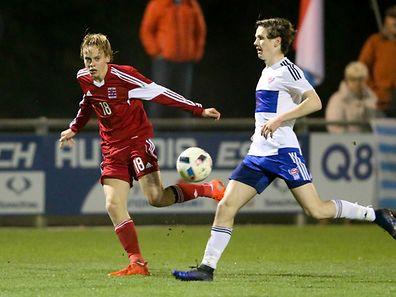Luxemburgs Ryan Johansson (l.) hat den Gegner von den Färöern im Blick.