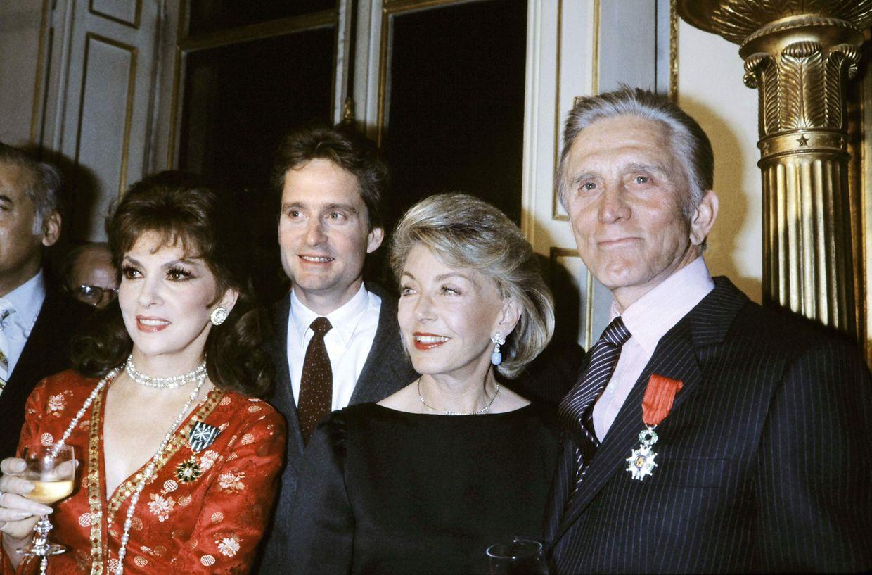 1. März 1985: Kirk Douglas in Paris mit Ehefrau Anne (2.v.r.), seinem Sohn Michael Douglas und der italienischen Schauspielerin Gina Lollobrigida. Kirk Douglas erhielt damals das Ritterkreuz der Französischen Ehrenlegion.