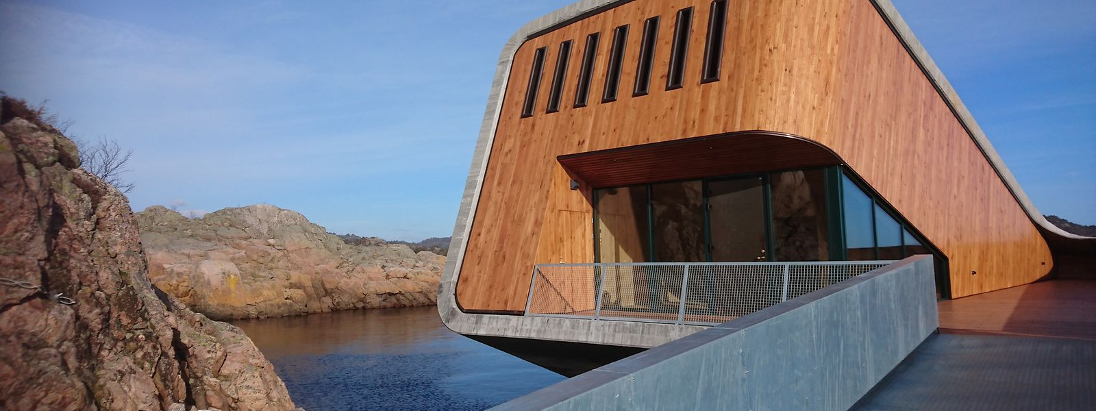 """Futuristisch und halb versenkt steht das neue Restaurant """"Under"""" im Meer – von den Tischen aus können die Gäste das Leben unter Wasser beobachten."""