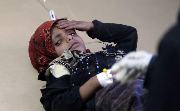 Une jeune Yéménite reçoit un traitement contre le choléra à l'hôpital de Sanaa, le 15 mai.