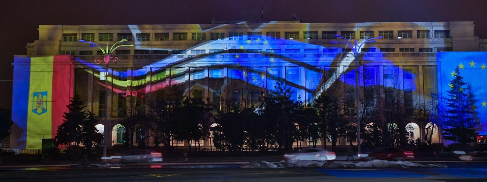 In Bukarest, am 31. Dezember: Das Gebäude der Regierung in den Farben der EU-Flagge und der Flagge von Rumänien.