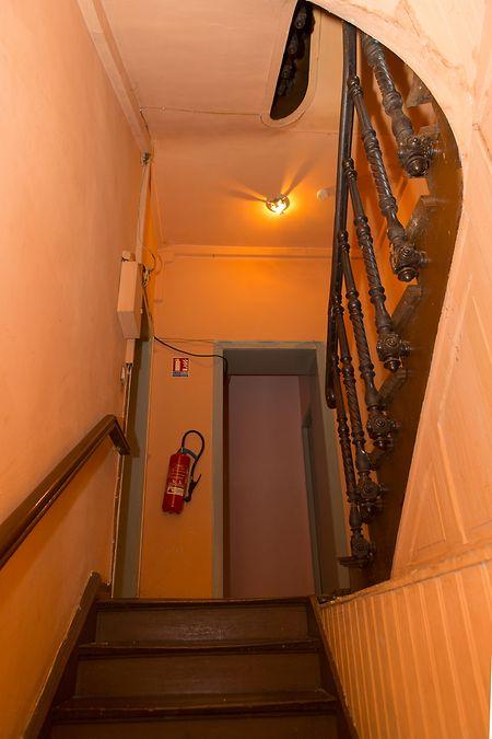 As escadas que conduzem ao primeiro andar.