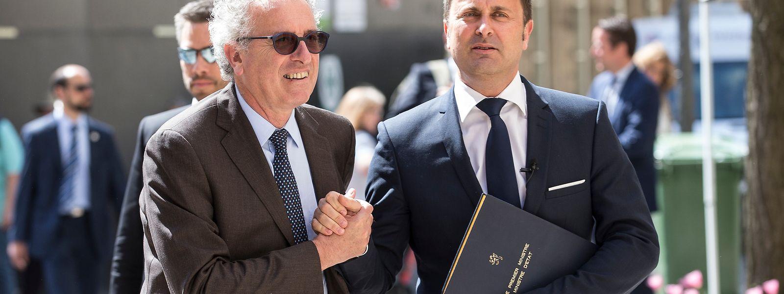 """Finazminister Pierre Gramegna, Premierminister Xavier Bettel (r.): """"spektakulär Resultater"""" bei der Sanierung der Staatsfinanzen."""