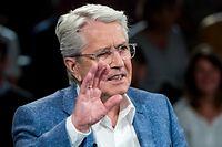 24.04.2019, Hamburg: Frank Elstner, Fernsehmoderator, sitzt während einer Aufzeichnung der ZDF-Talkshow «Markus Lanz» in der Sendung. Elstner wurde als Fernsehunterhalter einem Millionenpublikum bekannt. Nun macht der 77-Jährige seine Parkinsonerkrankung öffentlich. Foto: Daniel Bockwoldt/dpa +++ dpa-Bildfunk +++