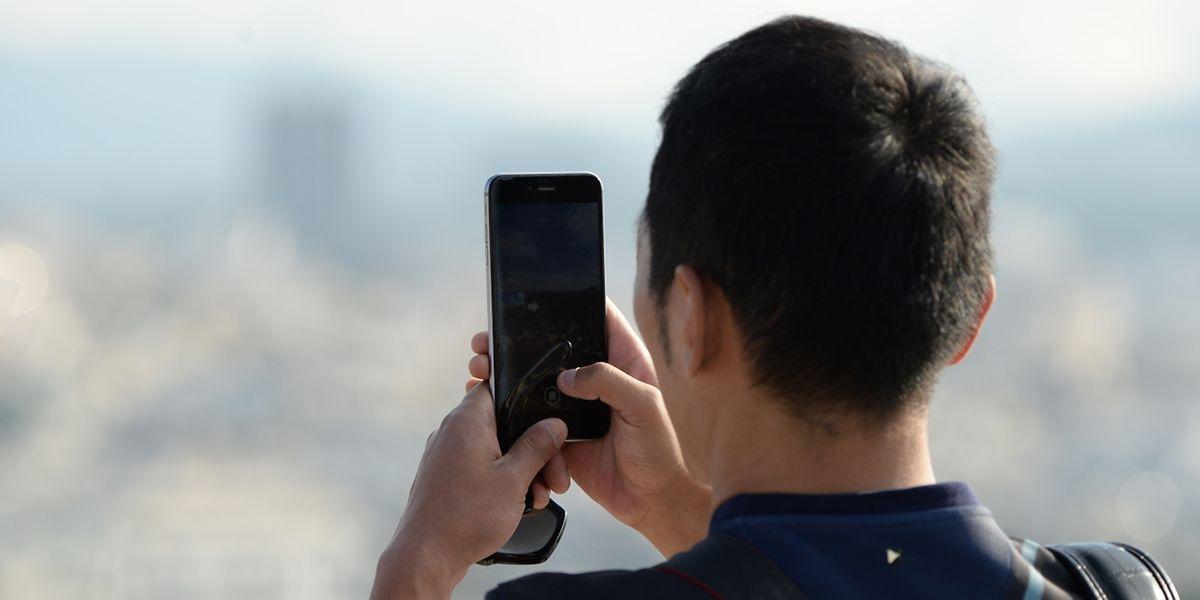 Schön entspannt stehen - dann verwackeln Smartphone-Fotos nicht so leicht.