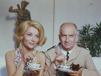 Die schöne Josepha (Claude Gensac, l.) und Balduin Cruchot (Louis de Funès) kommen sich bei einer Tasse Tee immer näher.  Honorarfrei - nur für diese Sendung bei Nennung ZDF und Jean-Louis Castelli