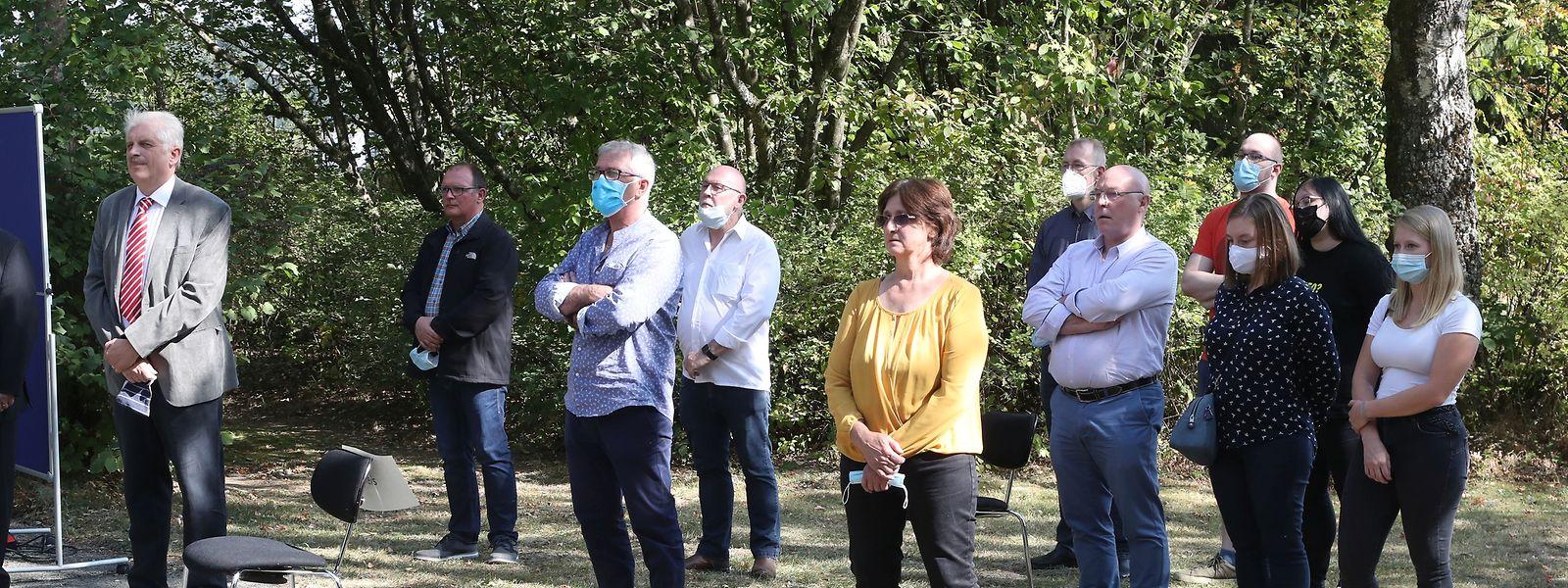 Eine Schweigeminute zu Ehren der vielen Inhaftierten und Ermordeten aus Luxemburg. Bei der diesjährigen Gedenkfeier mussten Abstandsregeln eingehalten werden.