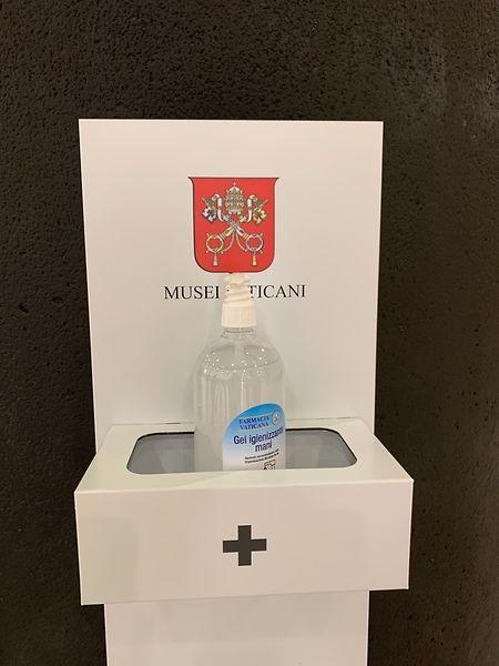 Vatikanstadt: Ein Desinfektionsmittelspender steht im Eingangsbereich der Vatikanischen Museen.