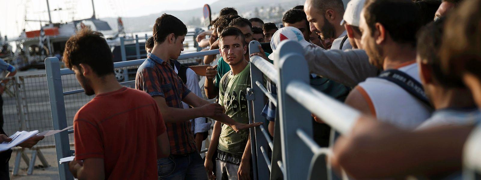 """Syrische Flüchtlinge bei der Passkontrolle für die Fähre """"Eleftherios Venizelos""""."""