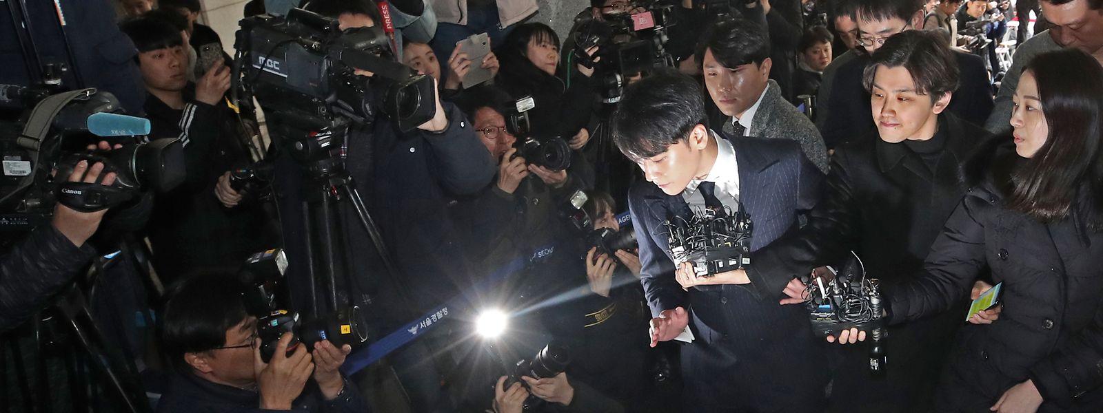 Seungri (M), Mitglied der K-Pop Boy Band BIGBANG, ist von Reportern umgeben, als er an der Seoul Metropolitan Police Agency eintrifft, um dort vernommen zuu werden. Der Sänger, dessen echter Name Lee Seung-hyun ist, soll angeblich Sexservices für potenzielle Investoren organisiert haben.