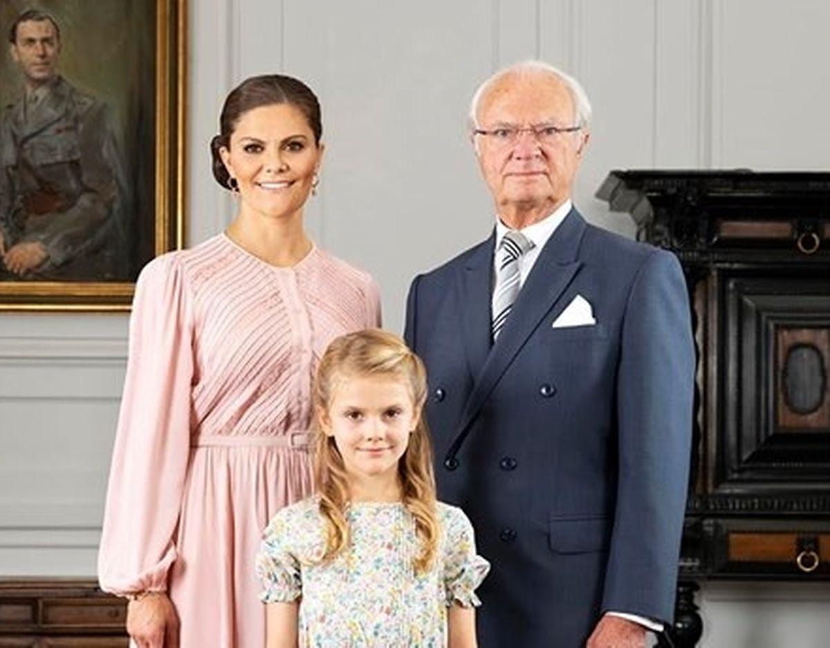 O Rei Gustavo com as suas herdeiras, a filha Vitoria e a neta Estelle.