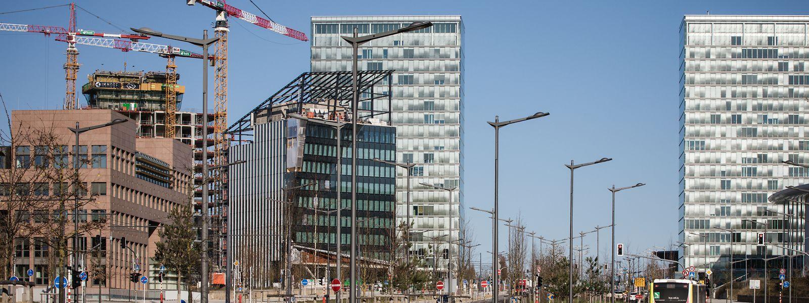 Au premier plan, la tour de bureaux est quasi parachevée en façade. A l'arrière, on distingue les 15 premiers étages de la future tour résidentielle. Entre les deux tours, le chantier du centre commercial est bien avancé.