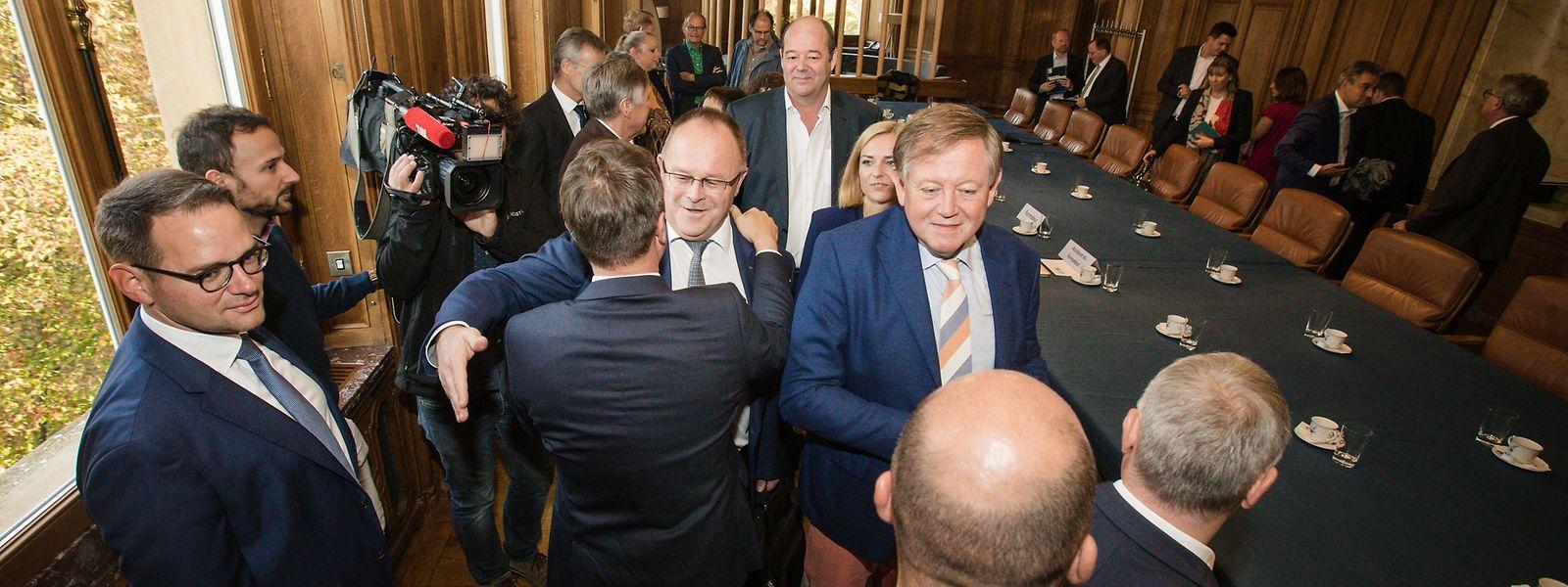 Le formateur du futur gouvernement, Xavier Bettel (de dos, au centre), salue la délégation socialiste lors de la première réunion de discussion en vue d'une coalition tripartite.