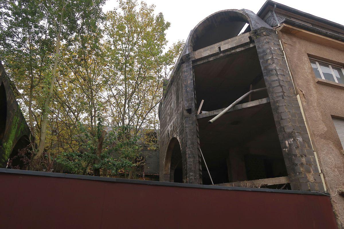 Zum Hinterhof hin war der Gebäudekomplex von den vorigen Besitzern bereits erweitert worden. In der Zwischenzeit wachsen hier Bäume und Gestrüpp.