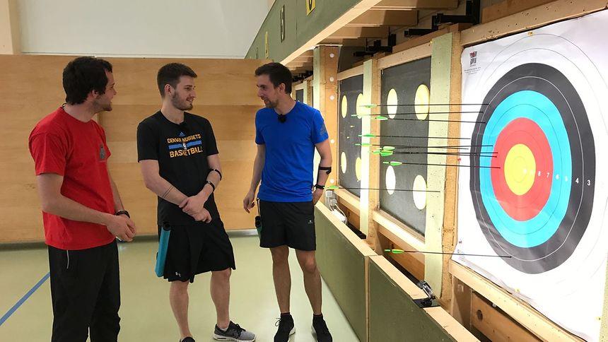 Experte und Profi-Bogenschütze Pit Klein (links) bewertet das Können der Duellanten.