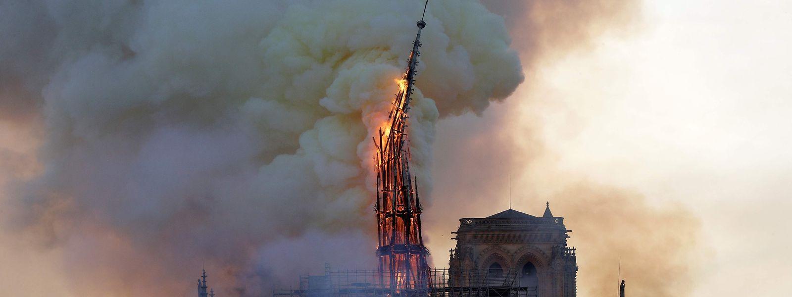 As chamas continuam a devorar a Catedral de Notre Dame em Paris.