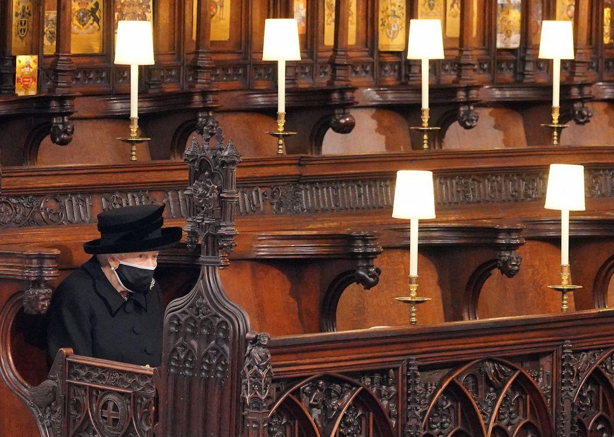 Die Queen saß aufgrund der Covid-Bestimmungen während der Zeremonie alleine.