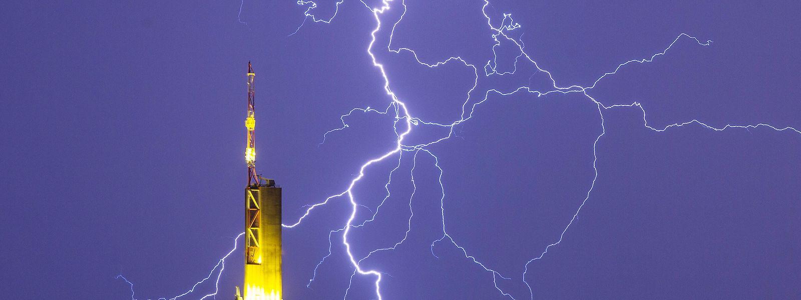 Frankfurt am Main: Blitze zeichnen sich am nächtlichen Himmel und über der Zentrale der Commerzbank ab.