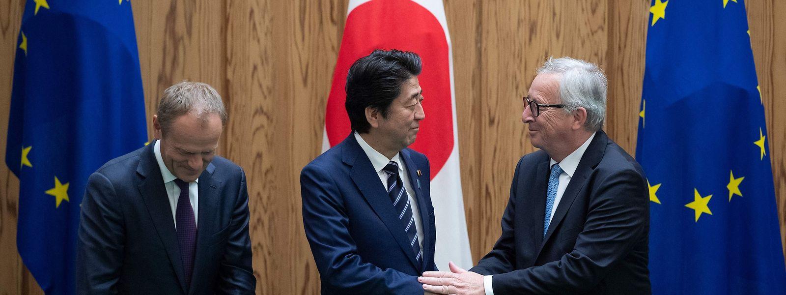 EU-Japan-Gipfel: Am 17. Juli 2018 hatten der Kommissionschef Jean-Claude Juncker (rechts), Ratspräsident Donald Tusk (links) und der japanische Premierminster Shinzo Abe das Wirtschaftspartnerschaftsabkommen unterzeichnet.