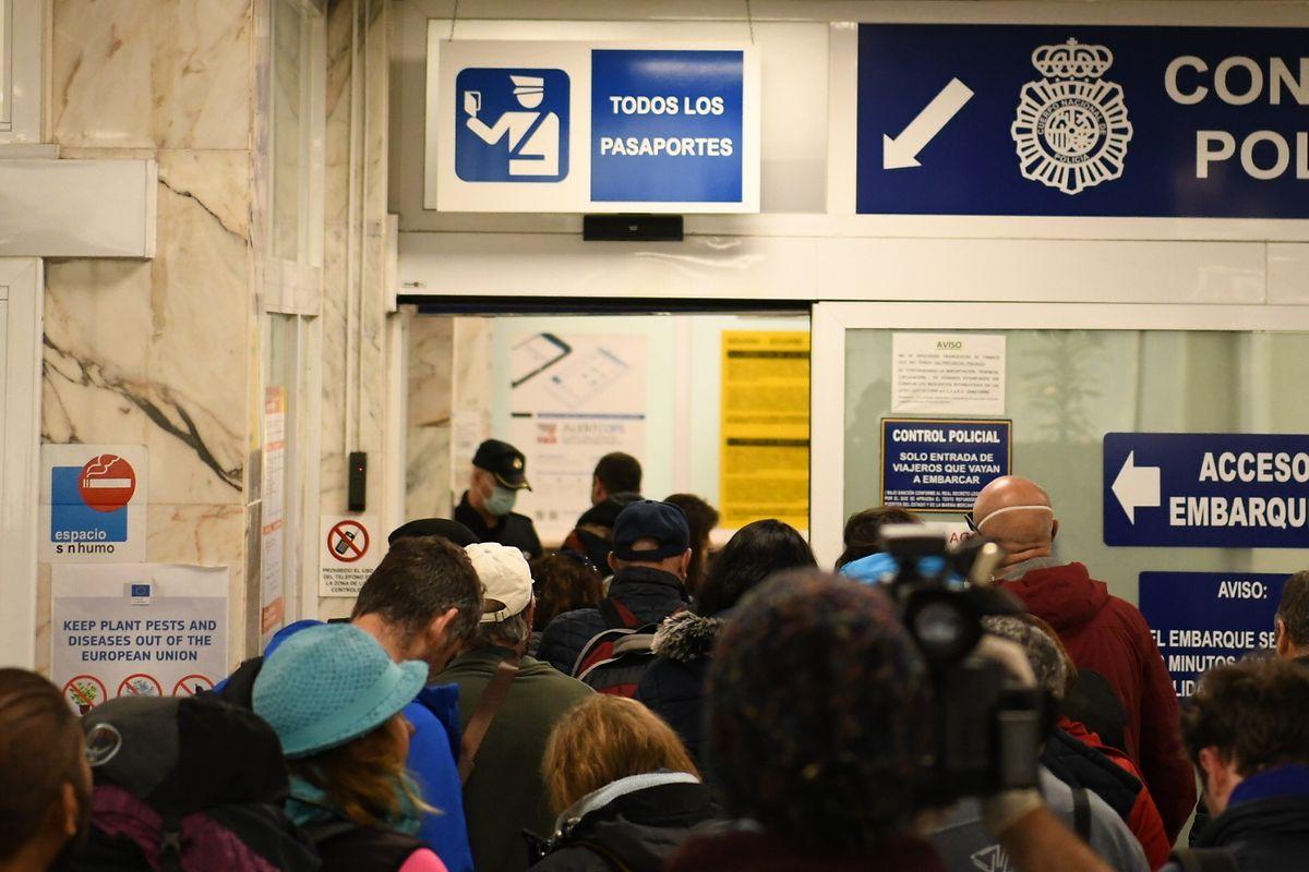 Touristen warten in Ceuta darauf, an Bord der von den Behörden zur Verfügung gestellten Schiffe zu gehen, die sie auf die Iberische Halbinsel zurückbringen sollen.