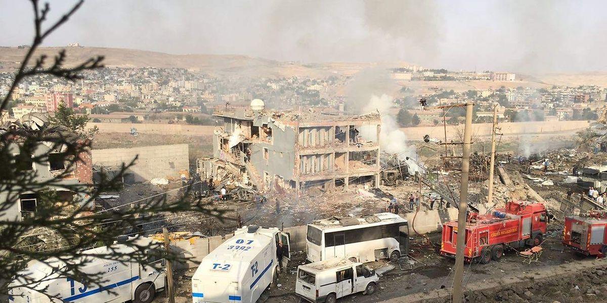 Am Stadtrand von Cizre explodierte ein mit Sprengstoff beladener Lastwagen vor einem Polizeigebäude.