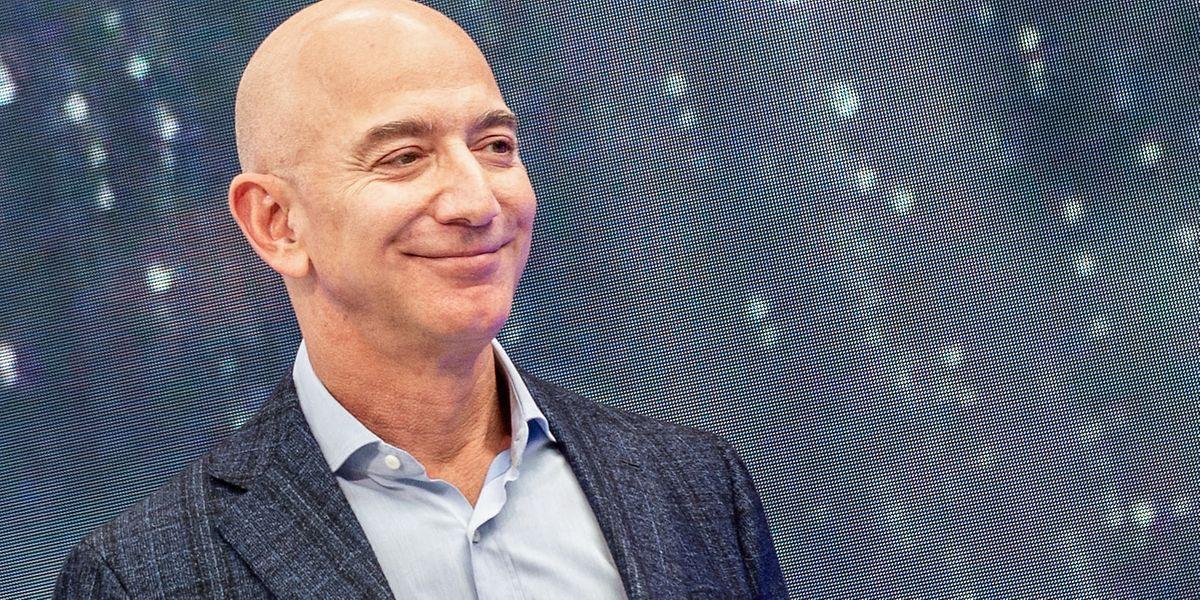 Jeff Bezos, Gründer von Amazon, nimmt an einer Veranstaltung des Unternehmens für Neuheiten teil. Jeff Bezos gibt den Vorstandsvorsitz bei Amazon ab, um mehr Zeit für andere Projekte zu gewinnen.