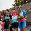 Luc Wirtgen et Colin Heiderscheid entourent le nouveau porteur du maillot tricolore: Pit Leyder.
