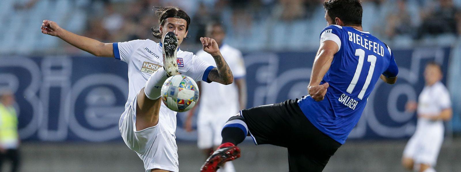 Olivier Thill, hier gegen Bielefelds Stephan Salger, hofft auf einen guten Start in die Nations League.