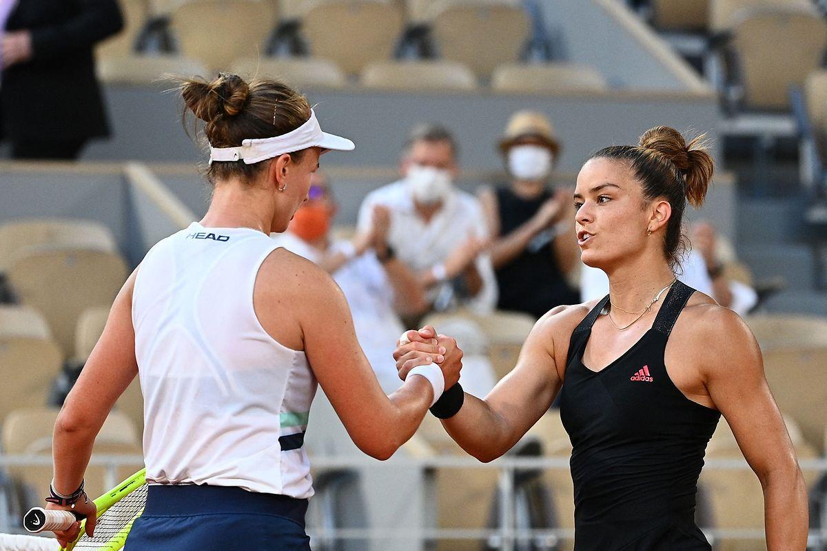 Barbora Krejcikova (l.) und Maria Sakkari liefern sich eine Marathonbegegnung.