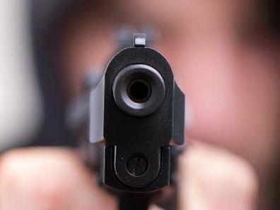 Der Täter bedrohte das Personal mit einer Schusswaffe.