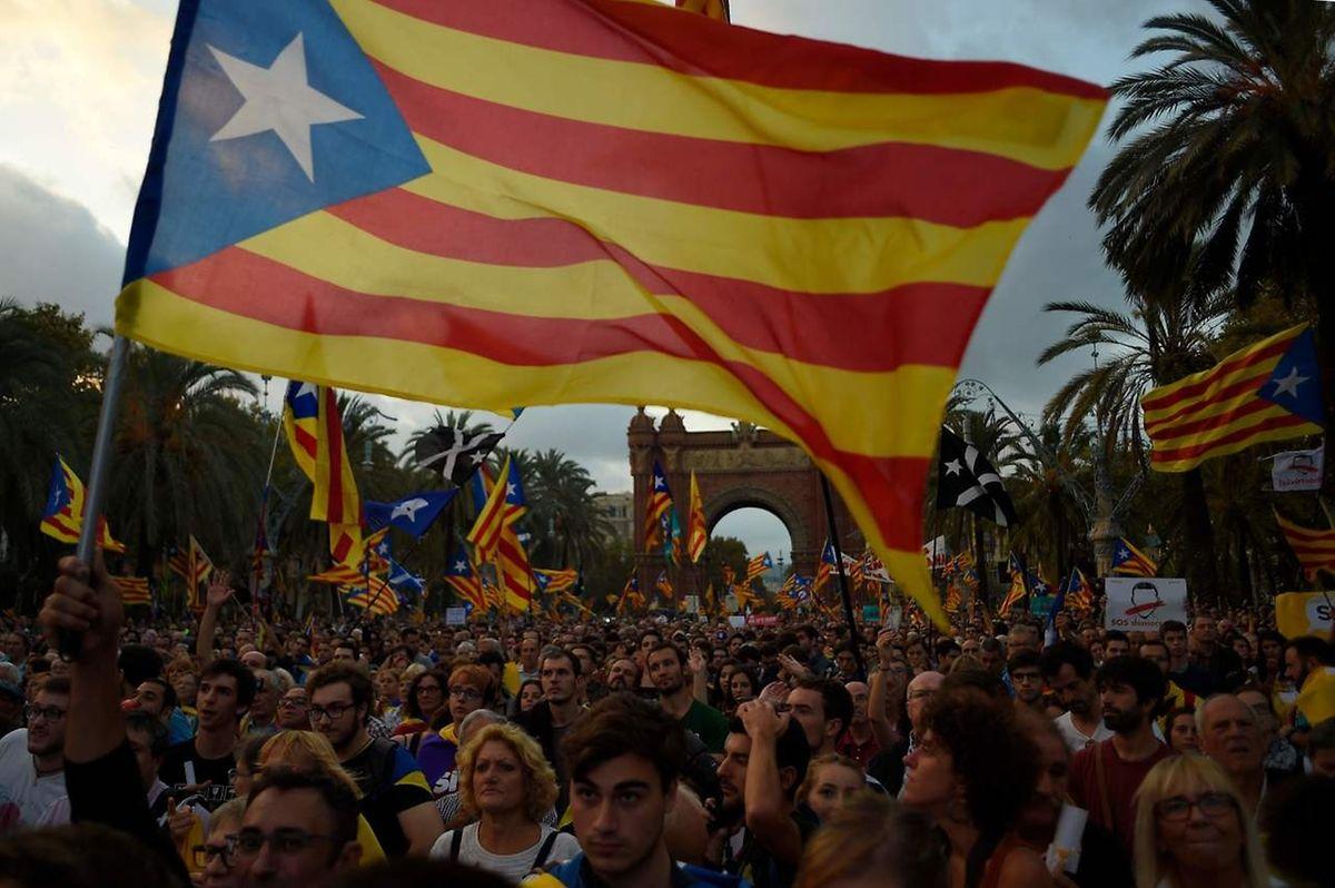 Apoiantes da independência escutam atentamente o discurso de Puigdemont.