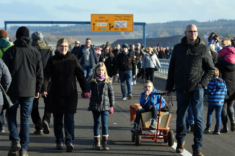 Am 16. November beim Bürgerfest in 160 Metern Höhe vor der offiziellen Eröffnung über die Hochmoselbrücke.